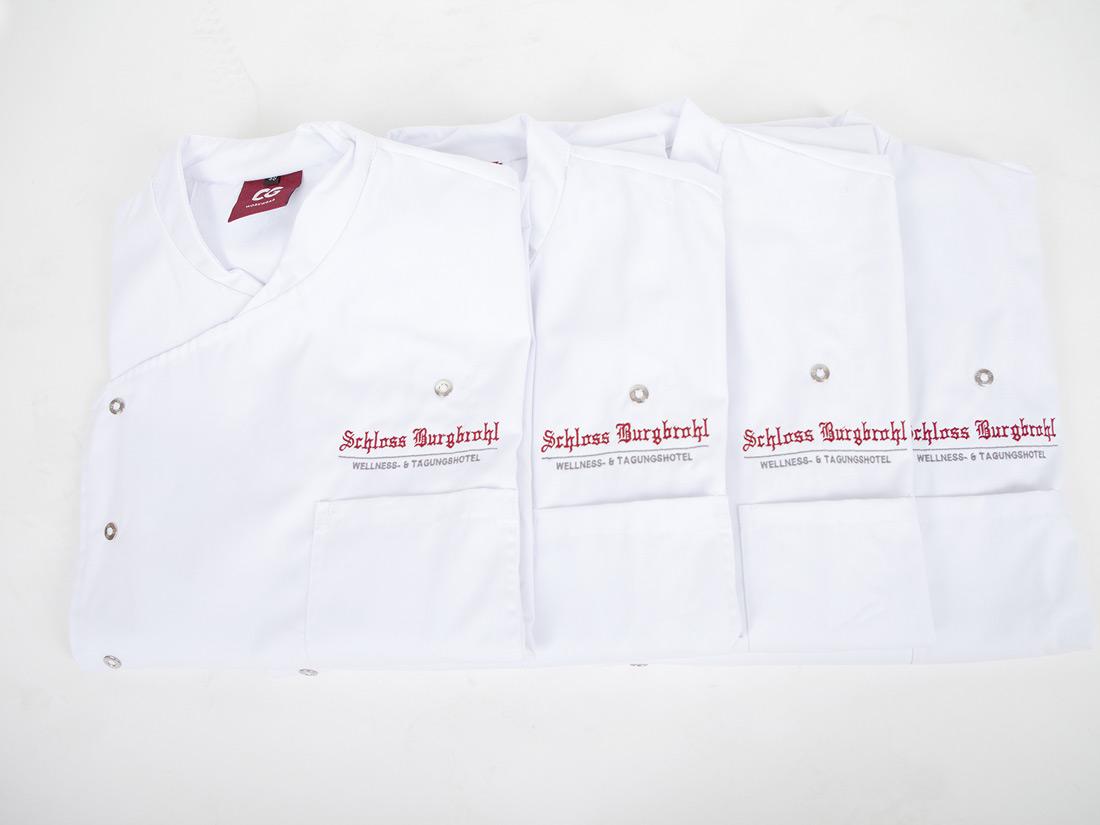 Bestickte Kochjacken sind robust und hygienisch. Wir besticken auch weitere Artikel für die Gastronomie wie Schürzen, Hemden, Jacken und Co.