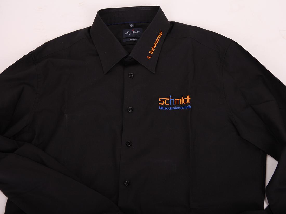 Namen Ihrer Mitarbeiter direkt auf dem Kragen sticken lassen: So wissen Kunden, mit wem sie es zu tun haben! Jetzt Hemden mit eingesticktem Namen bestellen.